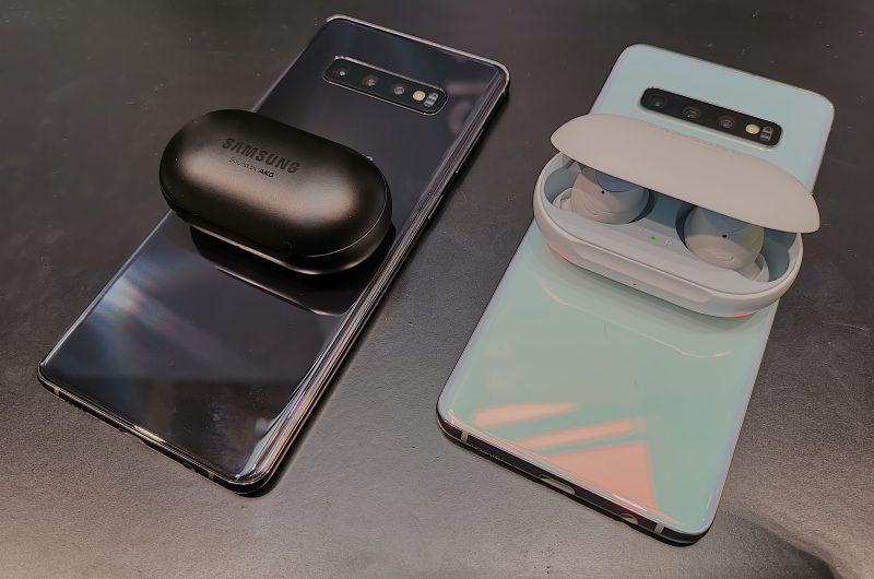 Galaxy S10 -puhelimet tukevat virranjakoa langattomalla latauksella. Takapinnan päällä voi ladata esimerkiksi Galaxy Buds -kuulokkeiden koteloa.