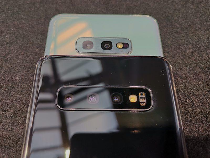 Galaxy S10e:ssä on vain kaksi takakameraa. Lisäksi takaa puuttuu sykeanturi.