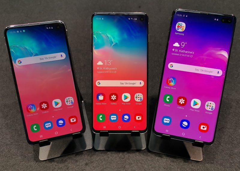 Samsung Galaxy S10e, Galaxy S10 ja Galaxy S10+ on kaikki varustettu uudella Infinity-O-näytöllä, jossa etukamerat on sijoitettu näytön oikeaan yläkulmaan.