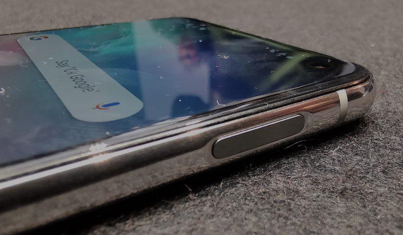 Galaxy S10e:ssä sormenjälkilukija löytyy oikean kyljen yläkulmasta löytyvästä painikkeesta.