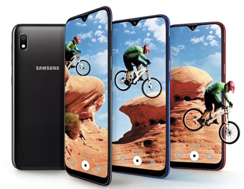 Samsung Galaxy A10:n näytön yläreunassa on lovi, josta löytyy etukamera.