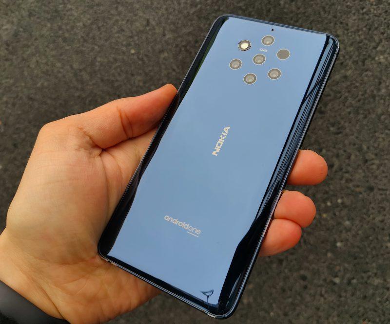 Nokia 9 PureView istuu hyvin käteen. Kameratkaan eivät tule ulos muusta takapinnasta, vaan takapinta on tasainen ja reunoja kohti kaartuva.