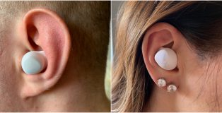 Galaxy Buds -kuulokkeet istuvat mukavasti ja varmasti korviin, sulkien koko korvakäytävän ja eristäen ulkopuoliset äänet tehokkaasti ulkopuolelle.