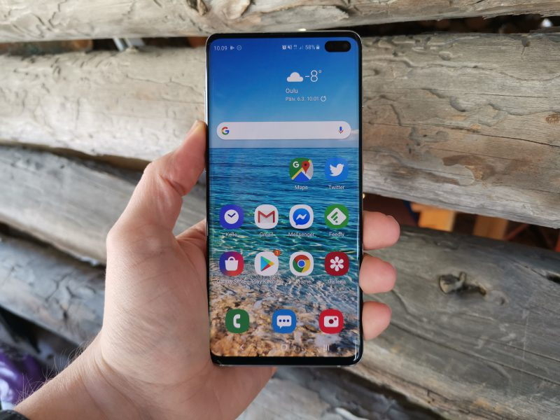 Galaxy S10+:n 6,4 tuuman Dynamic AMOLED -näyttö on kaikin puolin ilo silmälle. Kamerareikään näytön oikeassa yläkulmassa tottuu nopeasti. Samsung kutsuu näyttöä nimellä Infinity-O.