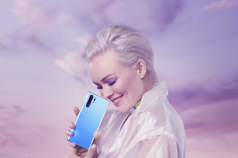 Anna Puu on mukana Huawein P30-sarjan mainoksissa.
