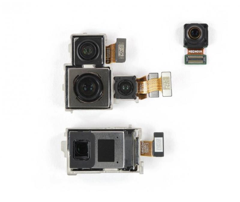 Oikeassa yläkulmassa 32 megapikselin etukamera. Muut kamerat järjestyksessä 20 megapikselin ultralaajakulma, 40 megapikselin pääkamera ja sen rinnalla 3D ToF -kamera sekä alimpana periskoooppirakenteen telekamera.