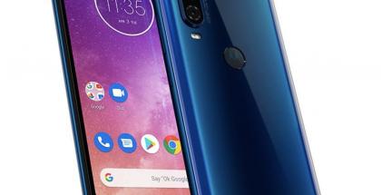 Motorola One Vision sinisenä safiirivärinä. Sormenjälkilukija löytyy takaa, ja on varustettu Motorolan M-logolla.