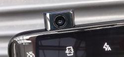 Etukamera nousee esiin tarvittaessa OnePlus 7 Pron yläreunasta.