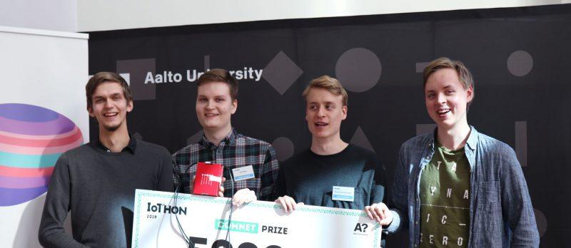 COMNET-palkinnon voittanut Quadratic-tiimi.