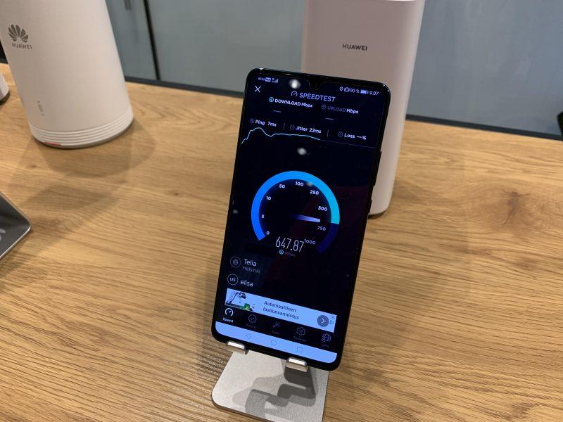 Helsingin keskustan Elisa Kulma -myymälässä 5G-verkko toi tänään reilut 600 megabittiä sekunnissa -latausnopeuksia esimerkiksi kuvan Huawei Mate 20 X 5G -älypuhelimella. Parhaimmillaan nopeudet 5G-verkossa nousevat gigabittitasolle.