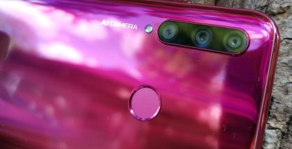 Honor 20 Litessä on kolme takakameraa: 24 megapikselin pääkamera, 8 megapikselin ultralaajakulmakamera ja 2 megapikselin syvyyskamera.