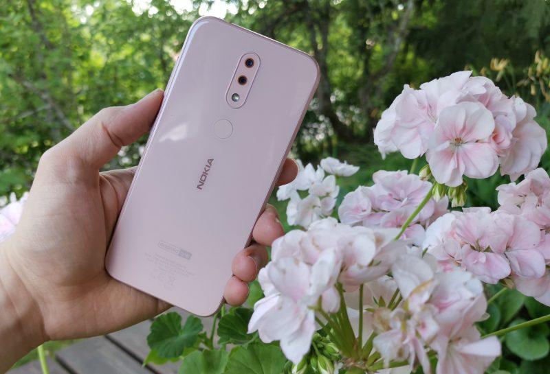 Nokia 4.2:n pinkki väri on hillitty. Takaa löytyy kaksi kameraa ja sormenjälkilukija.