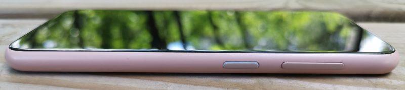 Vasemmalla kyljellä Nokia 4.2:ssa on virta/lukituspainike ja äänenvoimakkuuden säätökytkin.