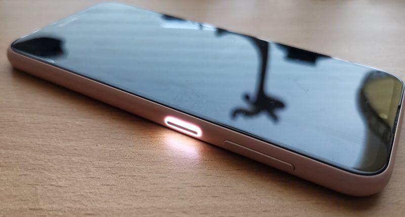 Nokia 4.2:n virta/lukituspainikkeesta löytyy ilmoitusvalo.