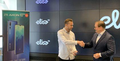 Elisan toimitusjohtaja Veli-Matti Mattila luovutti ensimmäisen Suomessa myydyn 5G-älypuhelimen ZTE Axon 10 Pro 5G:n asiakas Harri Hellströmille 3. heinäkuuta.