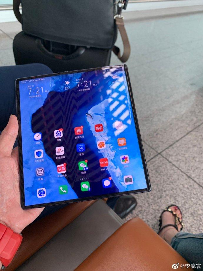 Huawei Mate X edestä.