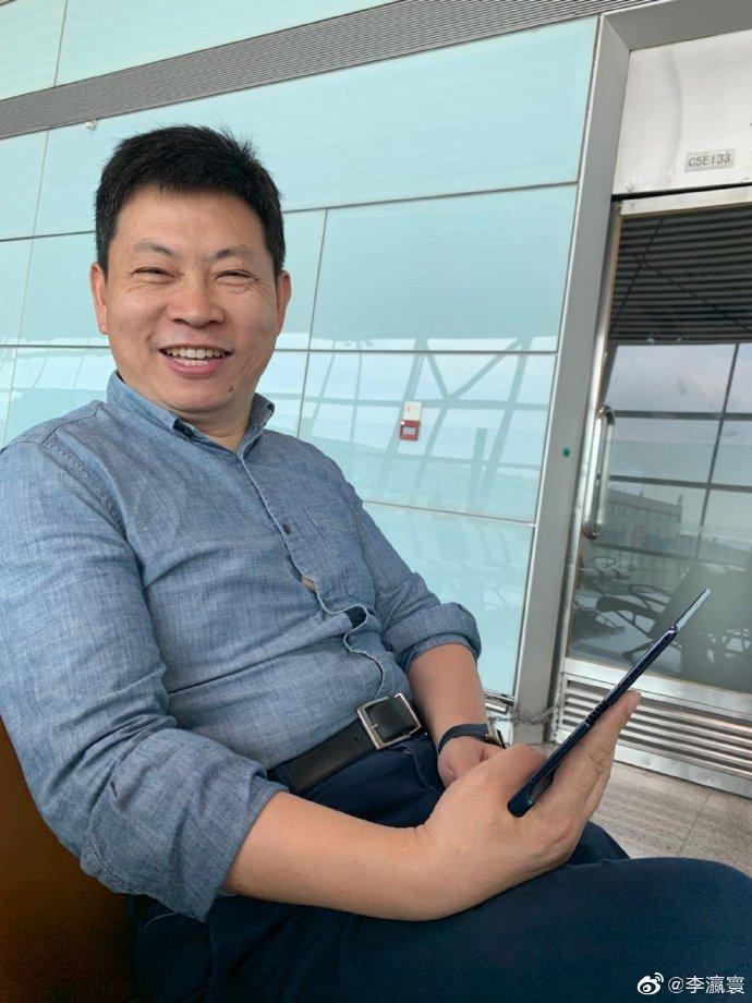 Huawein kuluttajaliiketoiminnan johtaja Richard Yu kädessään Mate X.