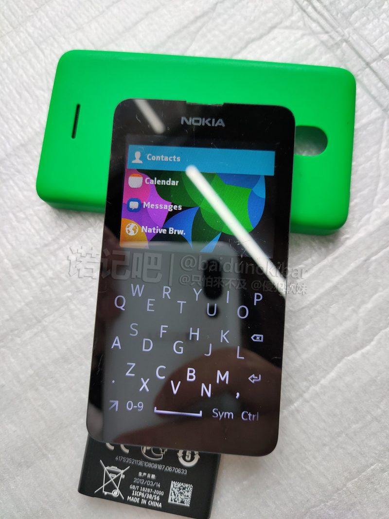 Nokia Asha -kosketusnäyttöpuhelimessa oli tavallisesta poikkeava virtuaalinäppäimistöasettelu.