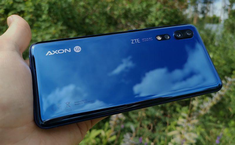 Takaa sinipintainen ZTE Axon 10 Pro 5G on hyvin kiiltävä.