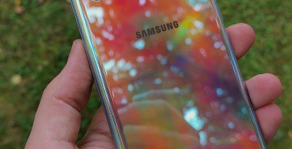 Galaxy Note10+:n Aura Glow -värin kiiltävä takapinta on varsin moni-ilmeinen.