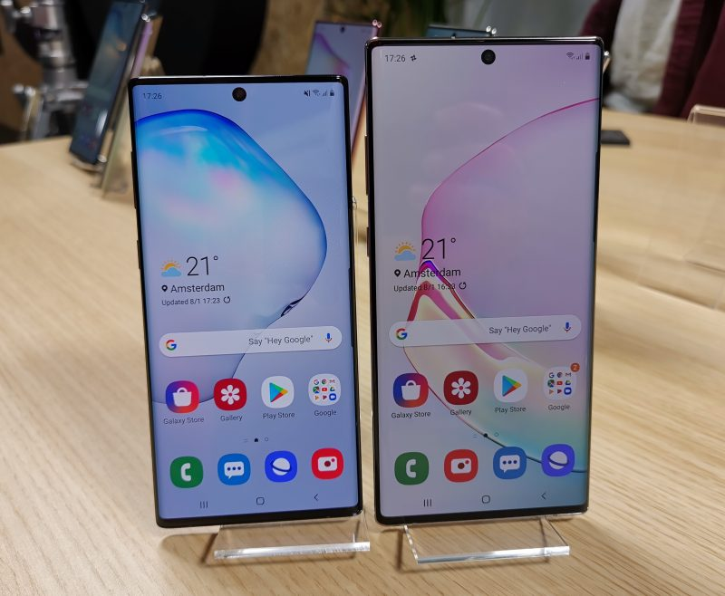 Samsung Galaxy Note10:ssä on 6,3 tuuman ja Galaxy Note10+:ssa 6,8 tuuman näyttö. Kummassakin näyttöreunukset on kutistettu varsin minimaalisiksi.