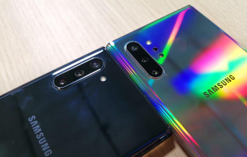 Galaxy Note10:ssä on kolme takakameraa, Galaxy Note10+:ssa lisäksi neljäntenä 3D ToF -kamera kuvausvalon alapuolella.