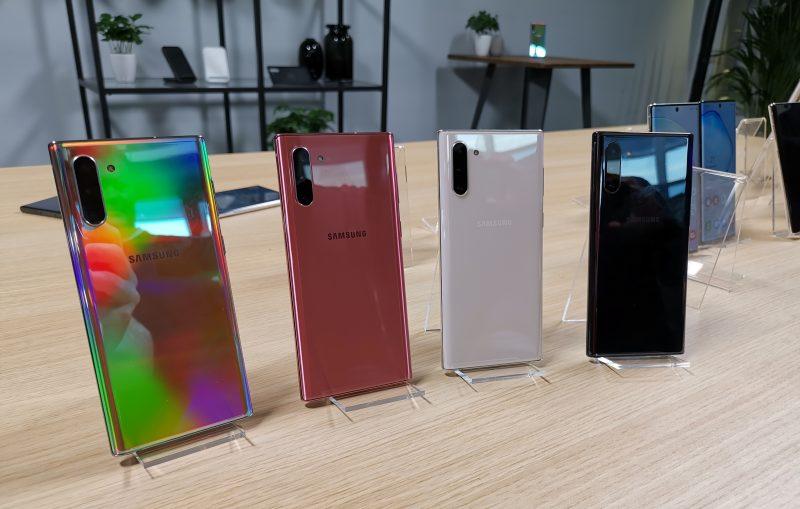 Samsungin Galaxy Note10 -puhelinten värejä. Suomessa ovat toistaiseksi tulossa myyntiin vasemmalla nähtävä Aura Glow ja oikean laidan musta Aura Black -väri.