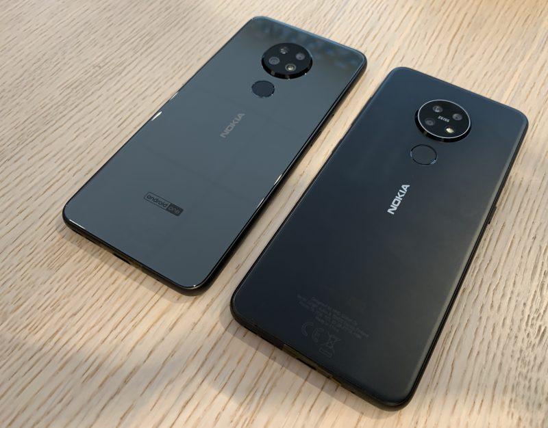 Vasemmalla kiiltäväpintainen Nokia 6.2 ja vasemmalla etualalla mattapintainen Nokia 7.2.