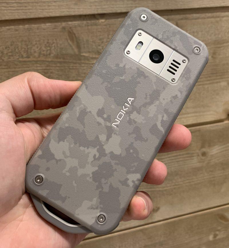 Nokia 800 Toughin vaalea värivaihtoehto on armeijakuvioitu Desert Sand.