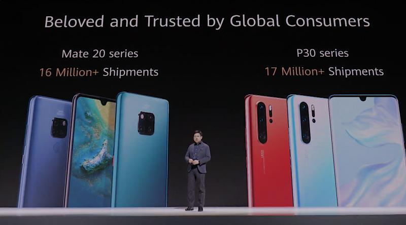"""Huawei kertoi julkistustilaisuudensa aluksi sen viimeisimpien huippupuhelinmallien myyntiluvuista. """"Maailmanlaajuisesti kuluttajien rakastama ja luottama"""", kuului Huawein viesti."""