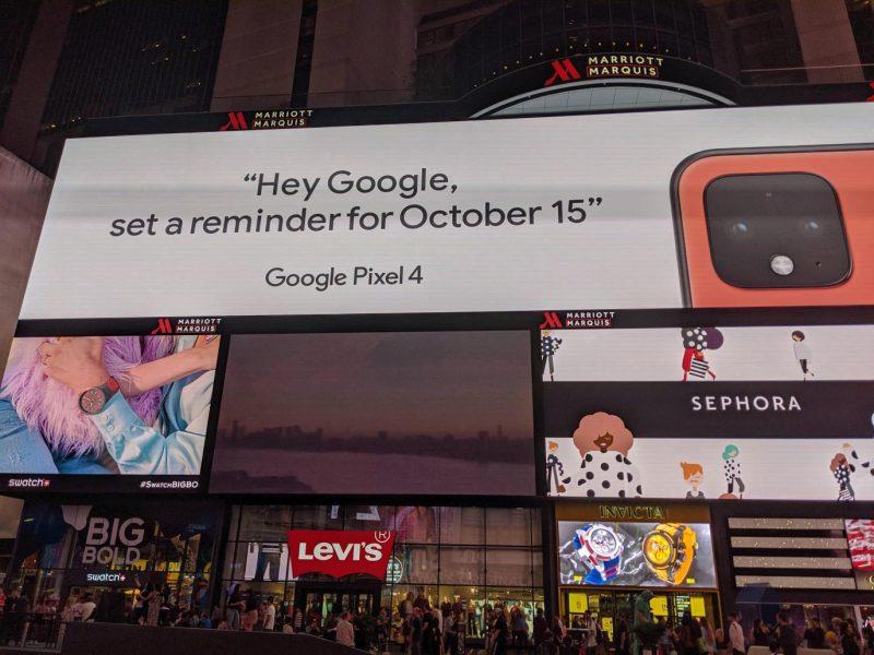 "Google vahvisti Pixel 4:n oransisn värin mainoksessaan Times Squarella. Kuva: <a href=""https://old.reddit.com/r/GooglePixel/comments/d5c6v8/im_in_times_square_and_theres_a_pixel_4/"">Reddit-käyttäjä LoysyTX</a>."
