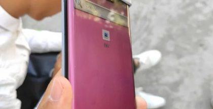 """Vuotokuvassa Huawei Mate 30 Pro ja esillä sen merkittävästi sivuille kaartuva """"vesiputousnäyttö""""."""