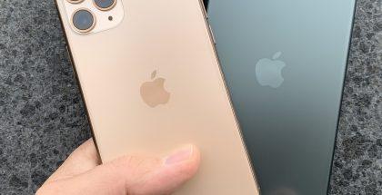 Kultavärinen iPhone 11 Pro ja keskiyönvihreä iPhone 11 Pro Max. Takana huomion kiinnittävät nyt kolme takakameraa, minkä lisäksi takalasi on nyt viimeistelty mattapintaiseksi.