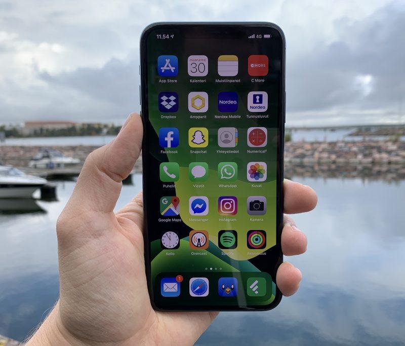 iOS 13 -käyttöjärjestelmä sisältää monia uudistuksia mutta iPhonen helppokäyttöisyys ja samalla tietty rajoittuneisuus ovat edelleen läsnä.