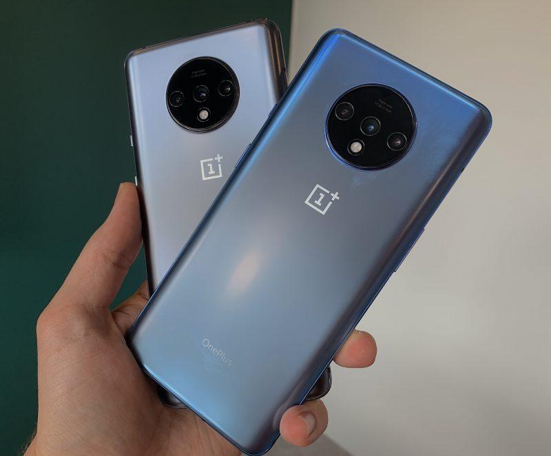 Erityisesti OnePlus 7T:n sininen Glacier Blue -värivaihtoehto näyttää erilaiselta eri valaistuksessa - välillä enemmän siniseltä, välillä lähes harmaalta. Tässä etualalla Glacier Blue ja taustalla Frosted Silver.