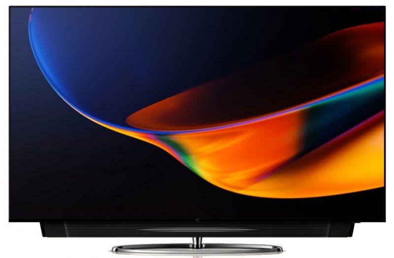 OnePlus TV:n soundbar-kaiutin liukuu esiin television alta.