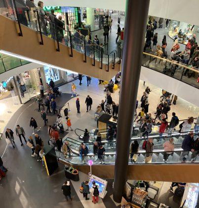 Mall of Triplassa riitti kuhinaa avajaispäivänä torstaina.