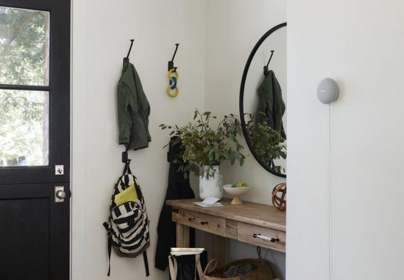 Nest Mini ripustettuna seinälle. Kuva: WinFuture.de.