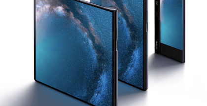 Huawei Mate X suljettuna sekä osittain ja täysin avattuna.