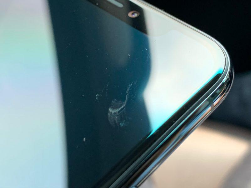 Naarmu iPhone 11 Pro -mallin näytössä.