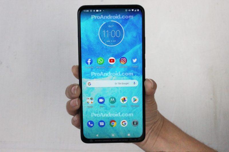 Motorolan One-sarjan uusi älypuhelin on varustettu laajalla näytöllä. Kuva: ProAndroid.