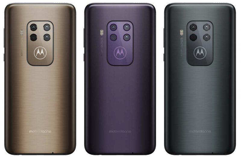 Motorola One Zoomin värivaihtoehdot. Suomessa saatavilla on laajemmin vain oikeanpuolisin harmaa Baltic Grey / Electric Grey.