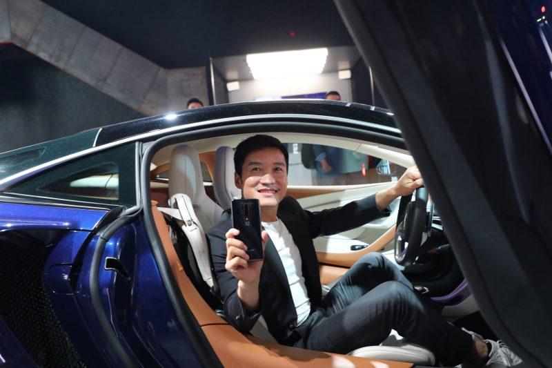 OnePlussan toimitusjohtaja Pete Lau kädessään OnePlus 7T Pro McLaren Edition istumassa McLarenin kyydissä lokakuussa 2019.