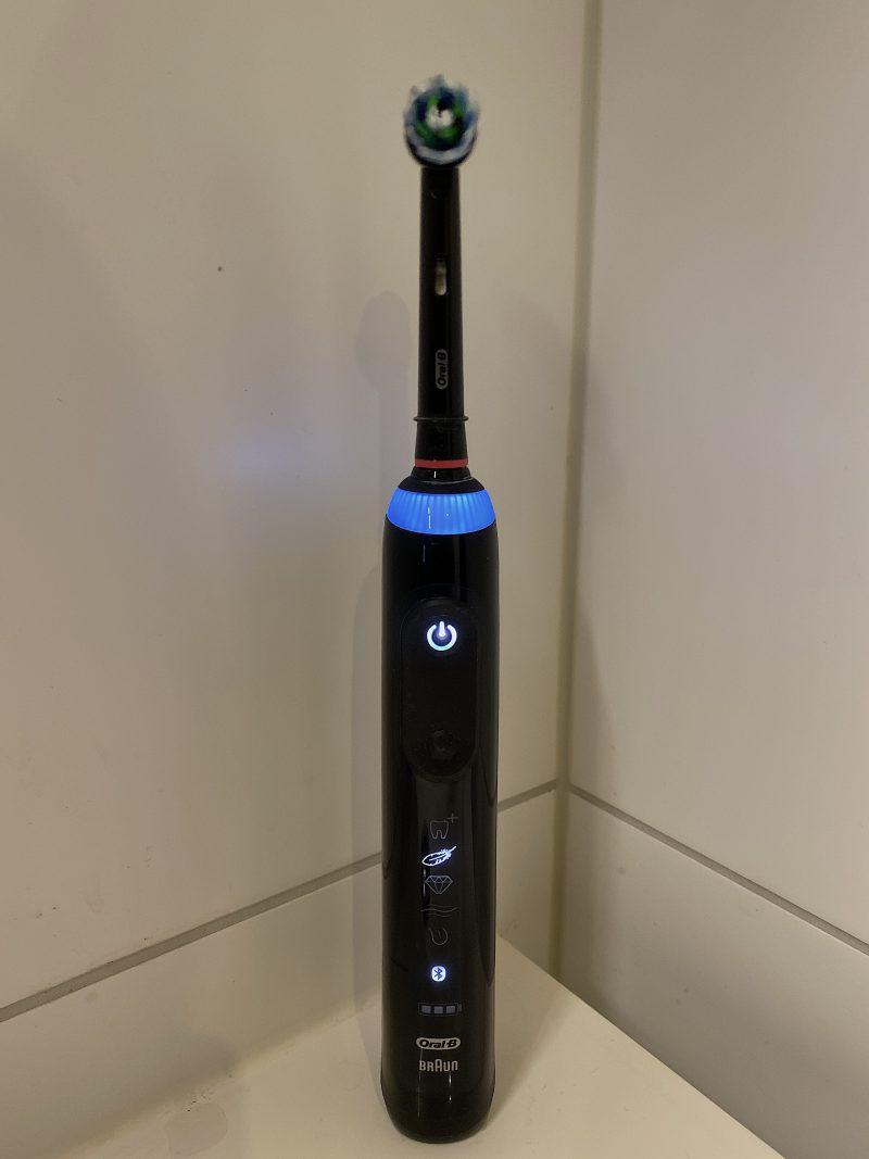 Oral-B Genius X:n yläreunaa kiertää LED-valo.