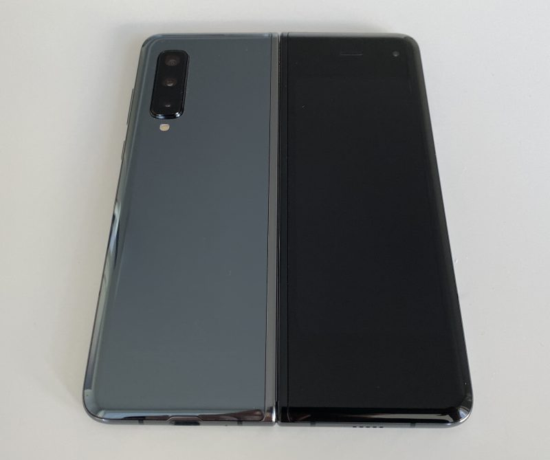 Samsung Galaxy Fold avattuna takaa.