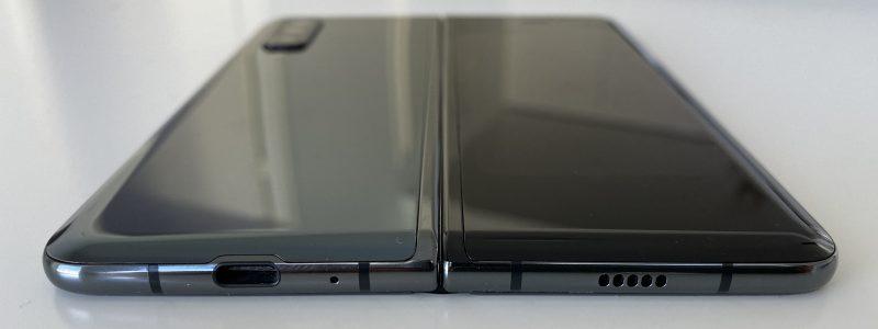 Pohjassa USB-C-liitäntä. 3,5 millimetrin kuulokeliitäntää Galaxy Foldissa ei ole.