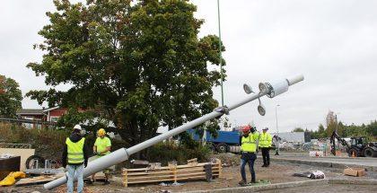 Älypylväs nostettiin paikoilleen Tampereen Hiedanrannassa 11.9.2019.