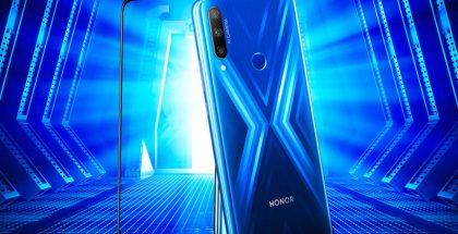 Sinisen Honor 9X:n taustaa koristaa näyttävä X-heijastusefekti.