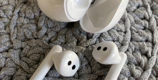 Huawei FreeBuds 3 -kuulokkeet ja niiden latauskotelo. Kuulokkeet painavat 5,5 grammaa / kpl ja latauskotelo 48 grammaa.