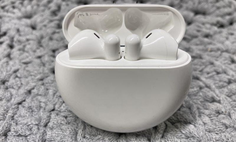 Huawei FreeBuds 3 -kuulokkeet kotelossaan.